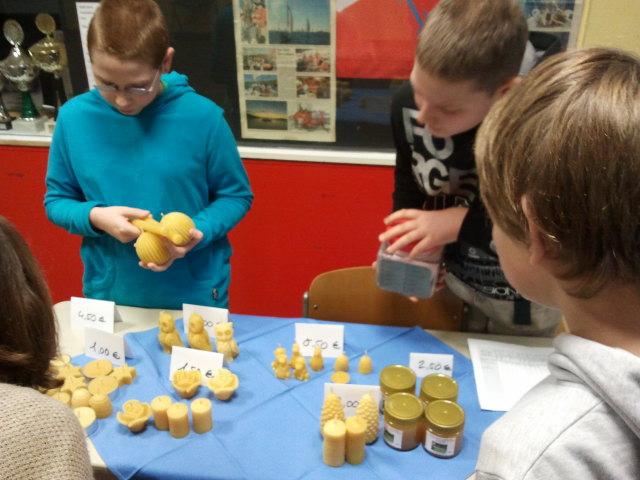 Die Bienen AG beim Kerzenverkauf in der Schule