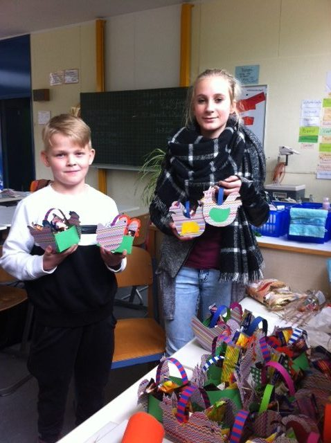 Die Schulsprecher präsentieren ihre Osternester